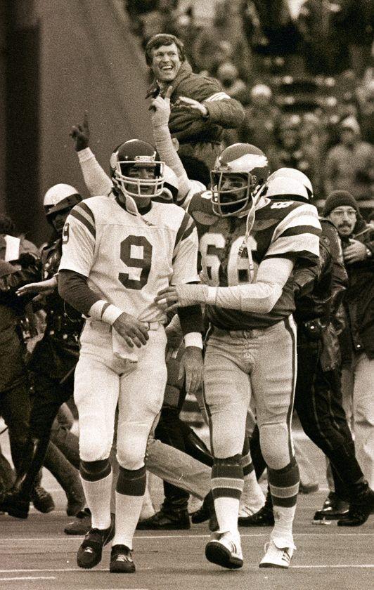 Bill Bergey consoles Tommy Kramer.